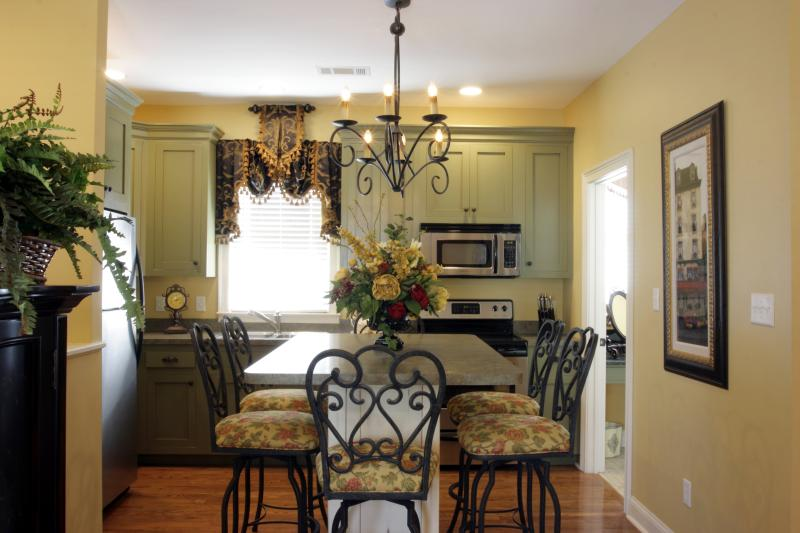 2 BR/2 BA Carriage House with Garage Parking - Image 1 - Savannah - rentals