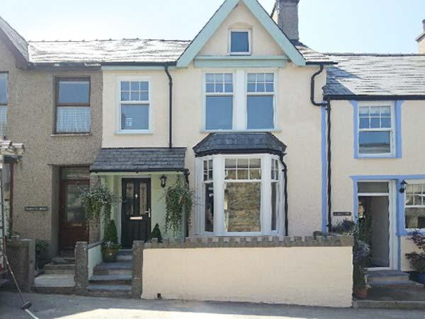 PENMAEN HOUSE, pet-friendly cottage with hot tub, patio, close sandy beach in Trefor Ref. 24259 - Image 1 - North Wales - rentals