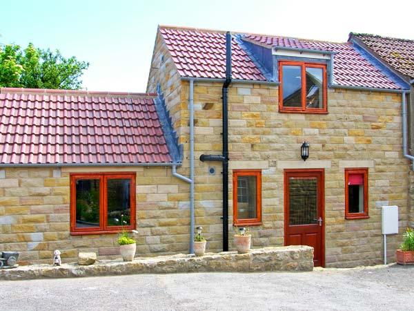 FARM YARD COTTAGE, family-friendly holiday home, two en-suite bedrooms, on working farm, in Allerston, near Pickering, Ref 27177 - Image 1 - Pickering - rentals