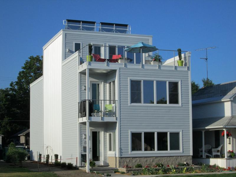 Solar Home, across from the bay, 2 blocks west of downtown Traverse City. - Downtown Traverse City ON THE BAY ! - Traverse City - rentals