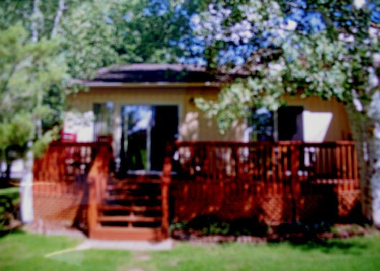 Cool back deck in summer. Shade of the Aspen. - Mountain View Cottage on Golf Course, Large Deck - Flagstaff - rentals