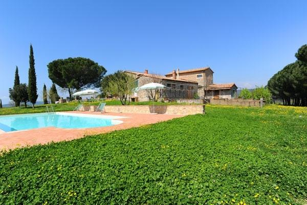 view of the house and the pool - Agriturismo Montecchio Villa - Semproniano - rentals