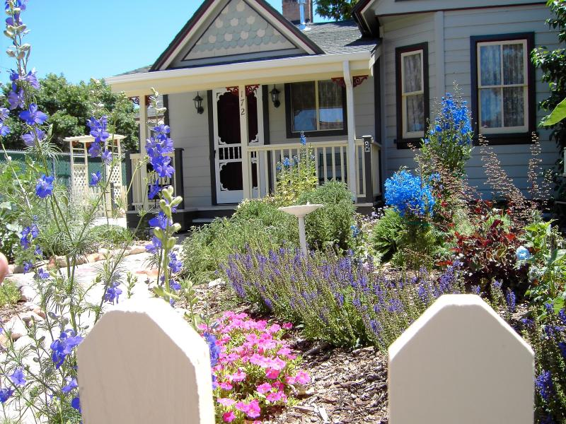 Beautiful flower gardens surround the Apple Cottage - Lovely 1895 Pioneer Home in Downtown Cedar City - Cedar City - rentals