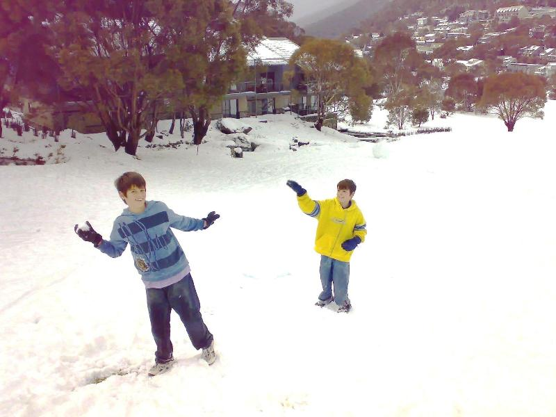 Snowbound with children outside - Snowbound Managed Luxury Accomm, in Thredbo Village - Thredbo Village - rentals