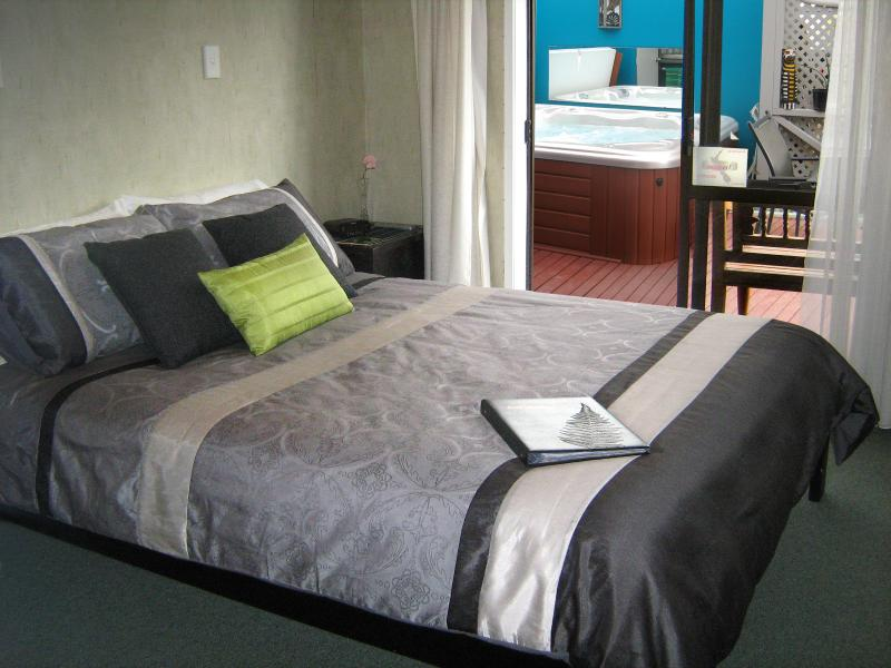 Bedroom 1, ensuite bathroom, spa pool access via ranchslider - Rotorua City Homestay B&B, Room 1 - Rotorua - rentals