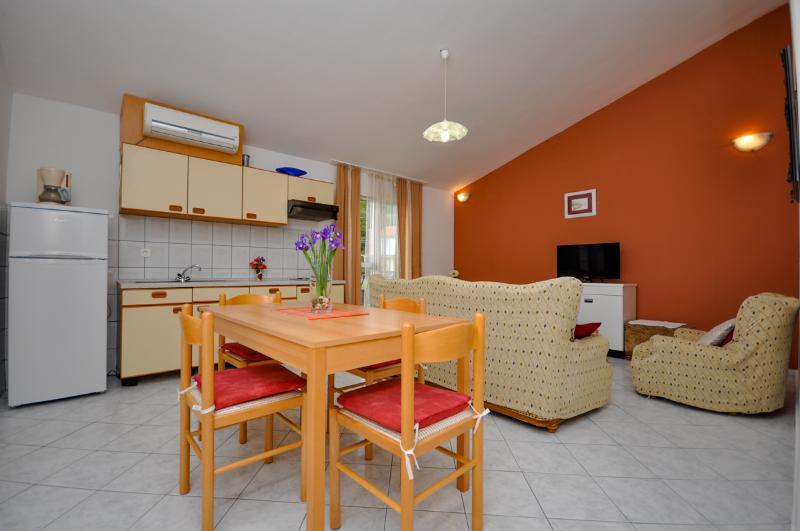 Apartments Natali - 43071-A1 - Image 1 - Podstrana - rentals