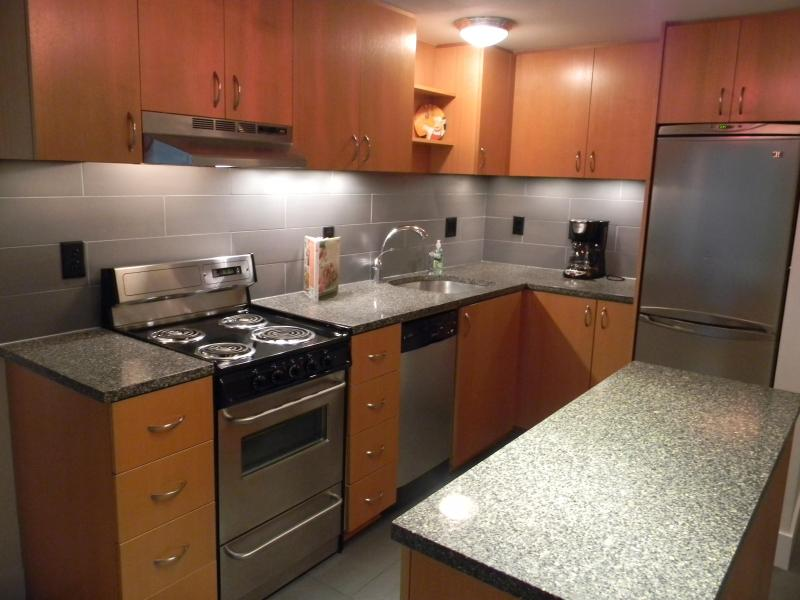 Galley kitchen comes complete with cook/dishware, appliances and utencils - Booking now for the Summer - Lake Oswego - rentals