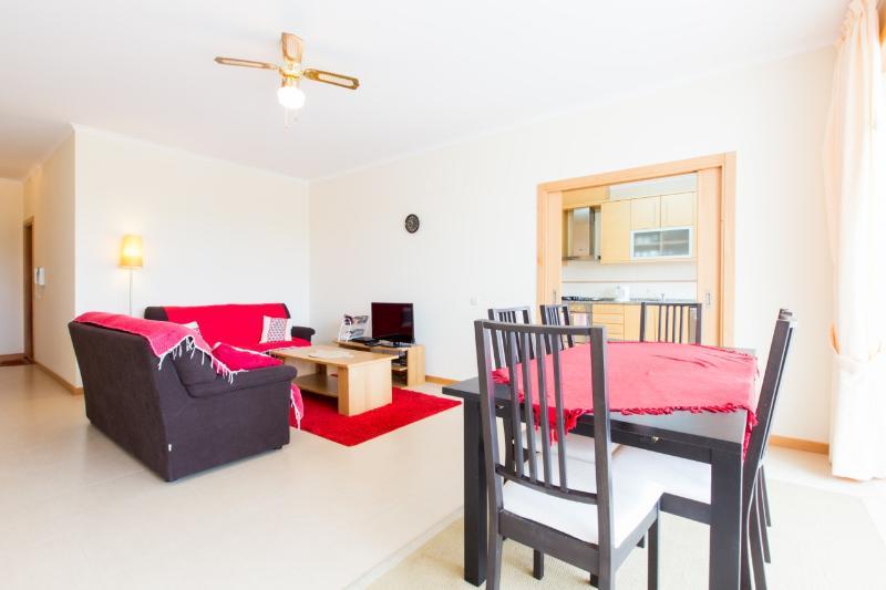 468560 - 3 bedroom apartment - Large balcony and swimming pool - Sleeps 6 - Sao Martinho do Porto - Image 1 - Sao Martinho do Porto - rentals
