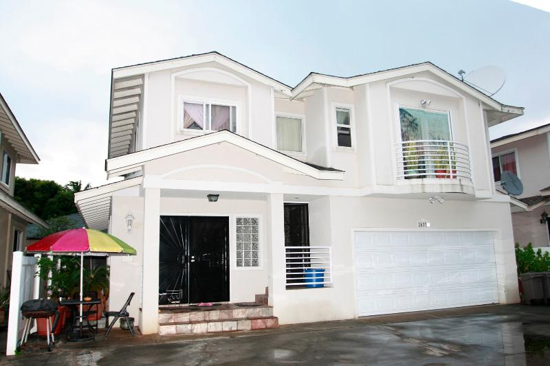 Front of House - CHARMING 3BR / 2BA (DUPLEX) - 5 MIN. TO WAIKIKI - Honolulu - rentals