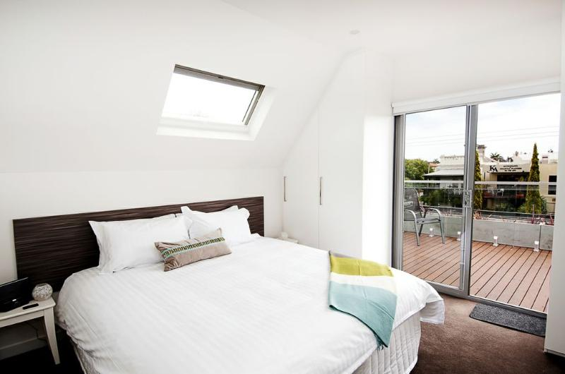 Main bedrrom upstairs - Position Perfect - Balcony Views - Melbourne - rentals