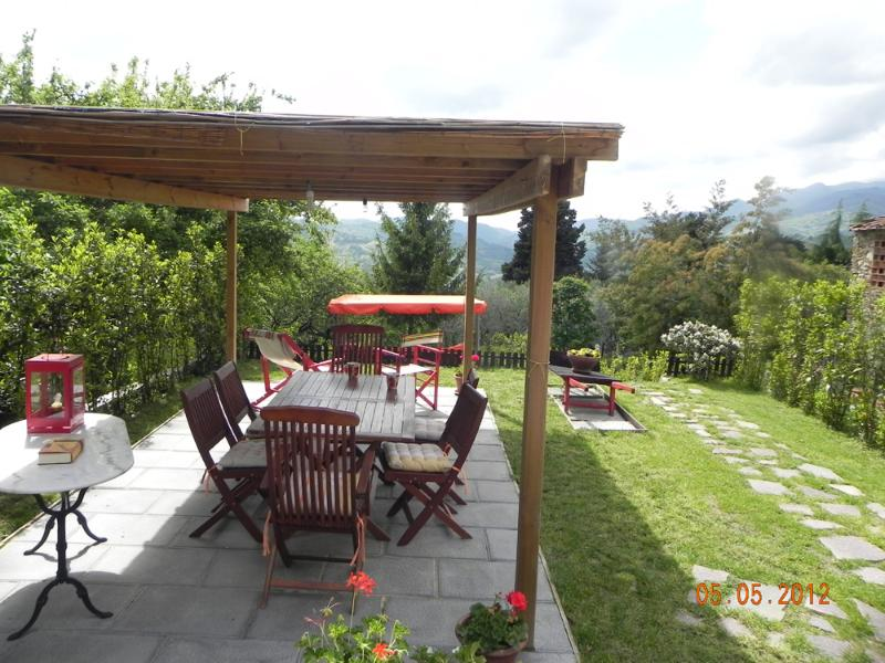 Large gazebo in the garden - Large portion of farmhouse on the hills of Lucca.WIFI.Garden.panoramic.jacuzzi. - Lucca - rentals