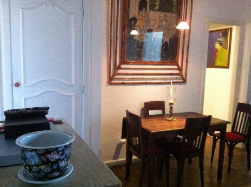Cozy dinner room - Copacabana, charming artist apartment. A few steps to the most famous beach of the world! - Rio de Janeiro - rentals