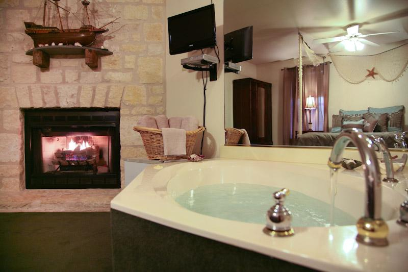 Coral Room Jacuzzi - The Coral Room located at Full Moon Inn B&B - Fredericksburg - rentals