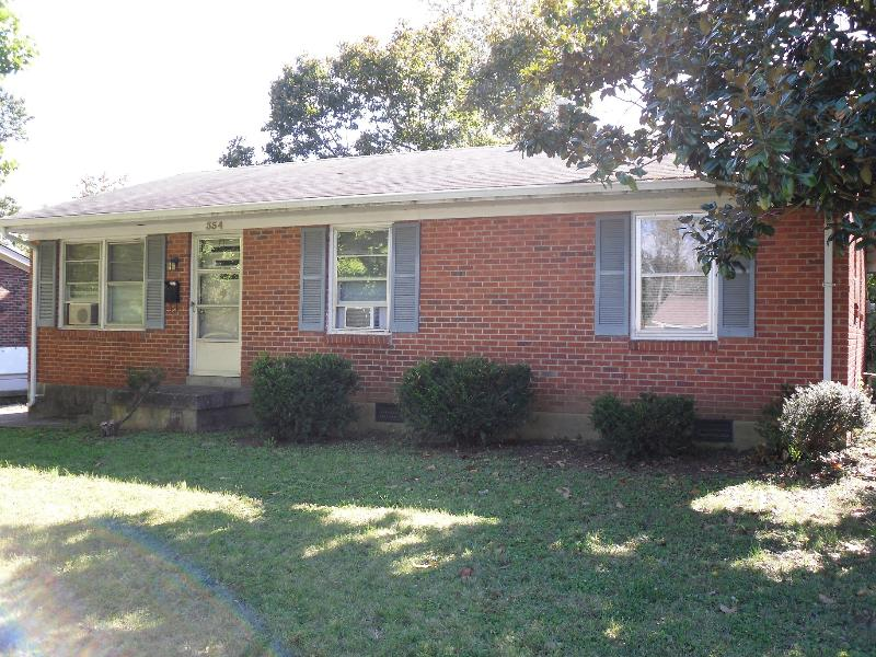 Sidewalk View of The Brick Ranch - Lexington Ranch Near Keeneland, KY Horse Park + UK - Lexington - rentals