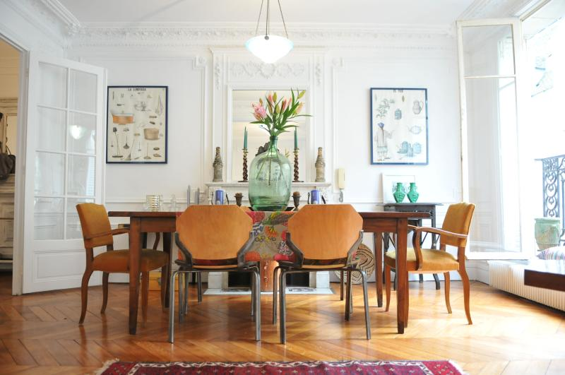 Next to the Living Room is the dining table with 6 chairs - Central Paris Luxury Apt - Ile St. Louis 4th - Paris - rentals