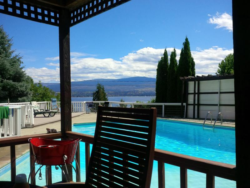 Poolside dining area - Amigo Winehouse - Kelowna - rentals