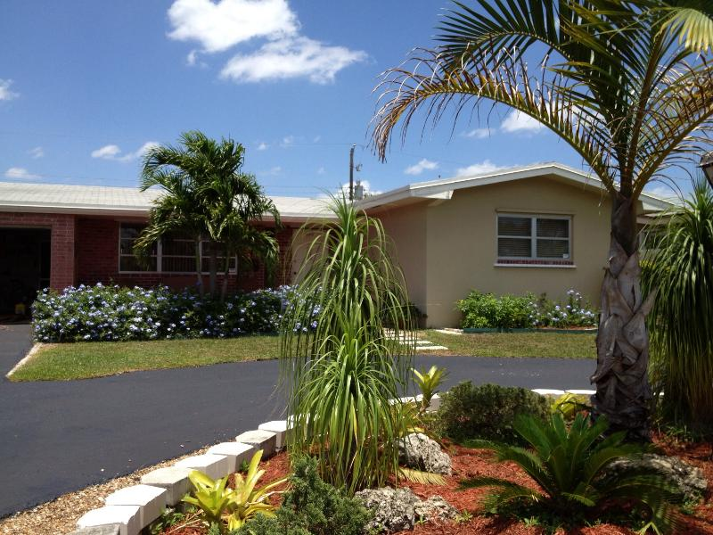 our house / garage and carport - Mins From EVERYTHING 3/2 with private yard - Pembroke Pines - rentals