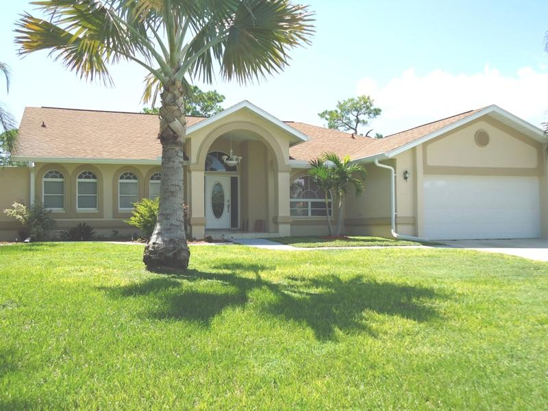 Villa Tammy -Waterfront & located on a Golf course - Image 1 - North Fort Myers - rentals