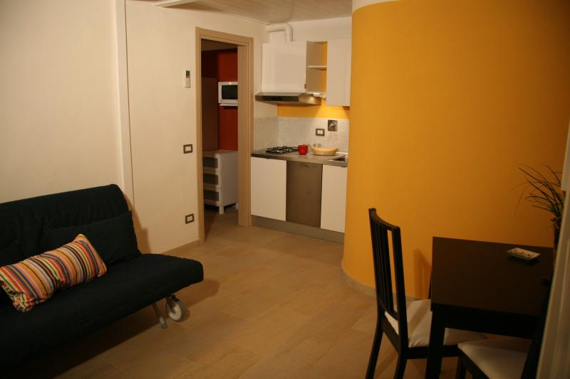 Living room with kitchenette and sofa bed - A Casa di Olga 2 bedrooms apartment - split level - Florence - rentals