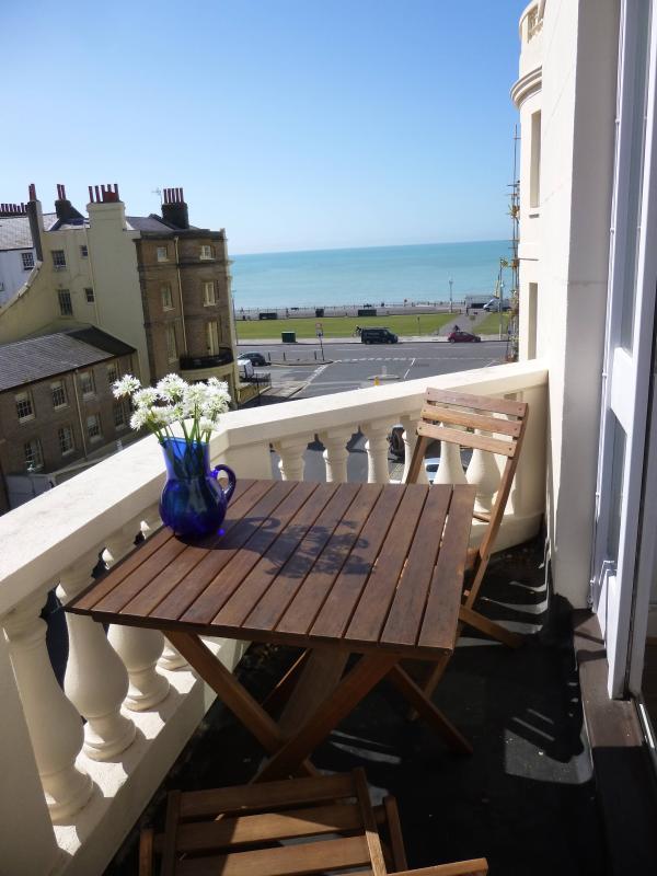 Seaview Balcony - Bright Seaview Balcony appt 1 min to beach - Brighton and Hove - rentals
