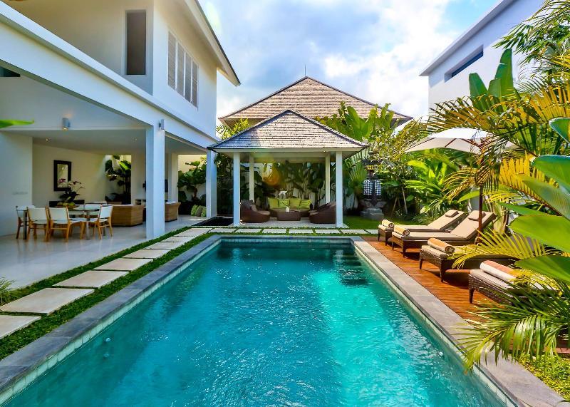 Tropical open plan luxury 2 bedroom with large gazebo, sun deck and pool - Central Seminyak Villa,  2 bedroom Luxury Tropical Modern  with pool and gazebo - Seminyak - rentals