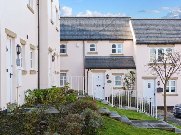 AMBER COTTAGE, mid-terrace, close to amenities, off road parking, patio garden, in Cartmel, Ref 25689 - Image 1 - Cartmel - rentals