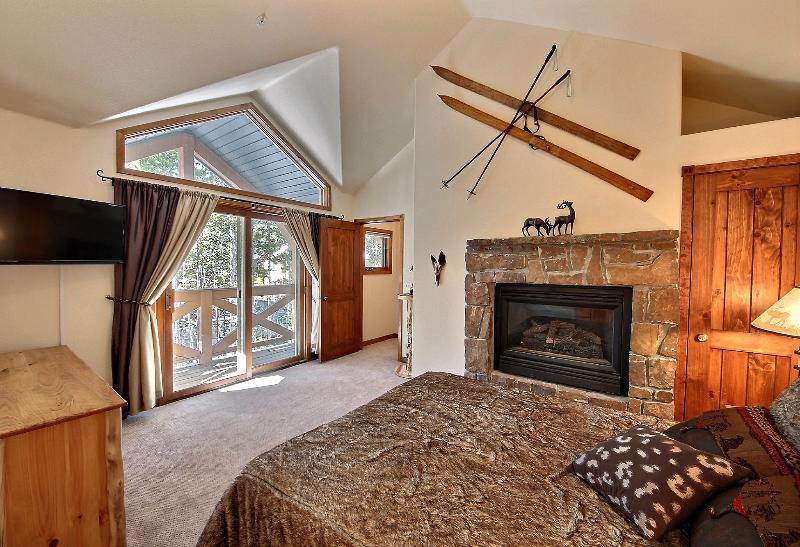 MASTER BEDROOM - Cozy & Luxurious Condo Near To Slopes & Town 3br/3 - Breckenridge - rentals
