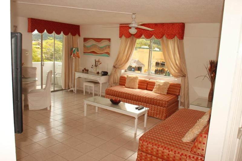 Spacious lounge...WIFI..CD player - Fabulous beachfront  condo..heart of Ocho Rios - Ocho Rios - rentals