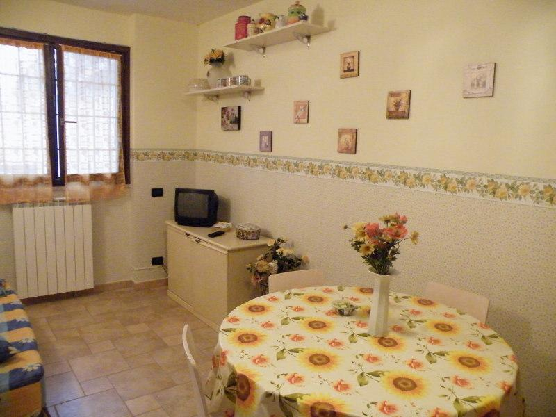 yellow diningroom - Bluindaco apartments in Rome - Rome - rentals