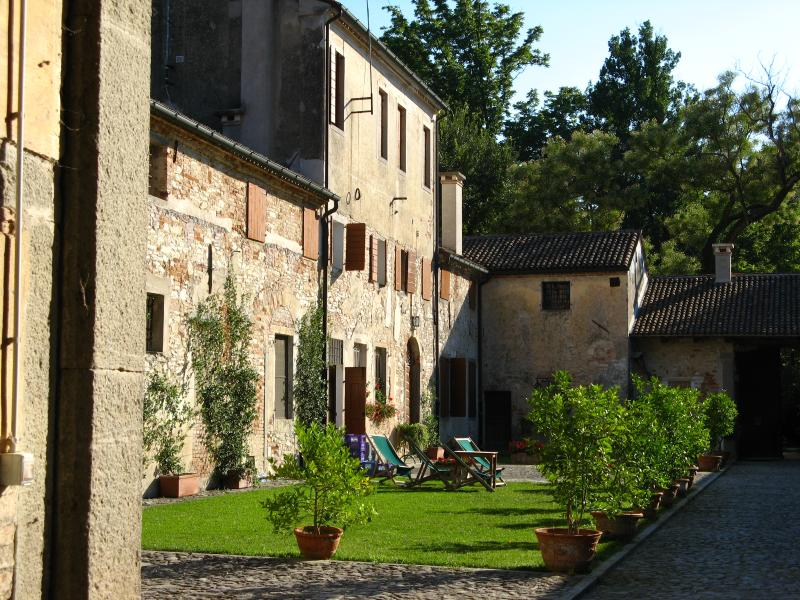 The entrance of Vinca in the farmhouse courtyard - Studio apartment  2 sleeps in historical Farmhouse - Rovolon - rentals