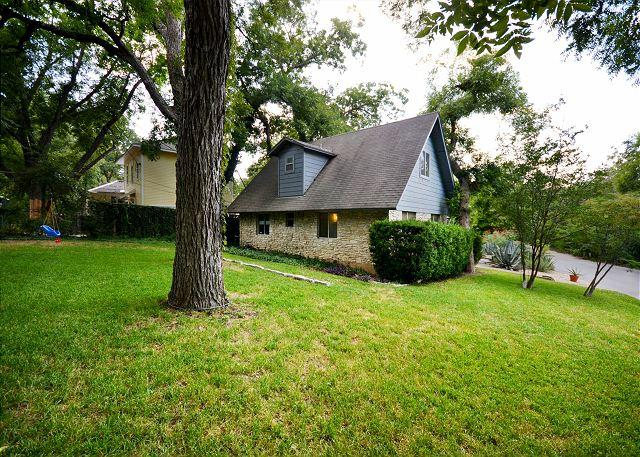 Side yard - 4BR/2BA South Congress-Near Continental Club, Sleeps 12! - Austin - rentals