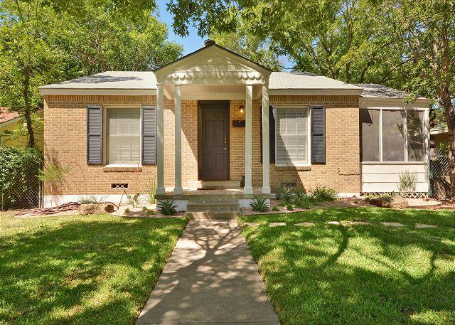 Classic Austin Walk-up - Sunny & Spirited Rosedale Home with Yard and Sunroom – Near 6th Street - Austin - rentals