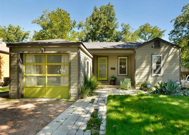 Walking up to the home - 3BR Prime South Austin Location Remodeled Walk to Zilker - Austin - rentals