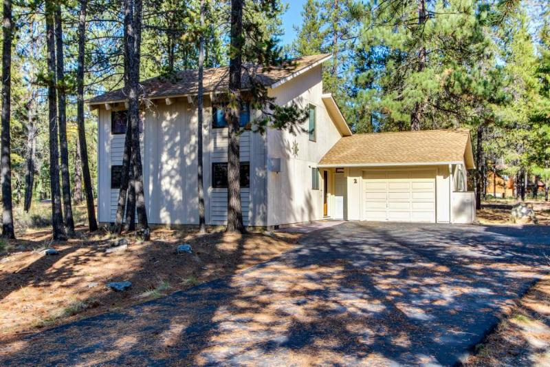 Great home w/ private hot tub, entertainment & access to SHARC pools - Image 1 - Sunriver - rentals