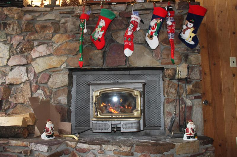 fireplace at Christmas - Big Bear Lake Cabin near Ski Resorts, Golf and Zoo - Big Bear Lake - rentals