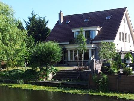 back of the villa with garden on the water - Luxury kingsize apartment in historical Volendam - North Holland - rentals