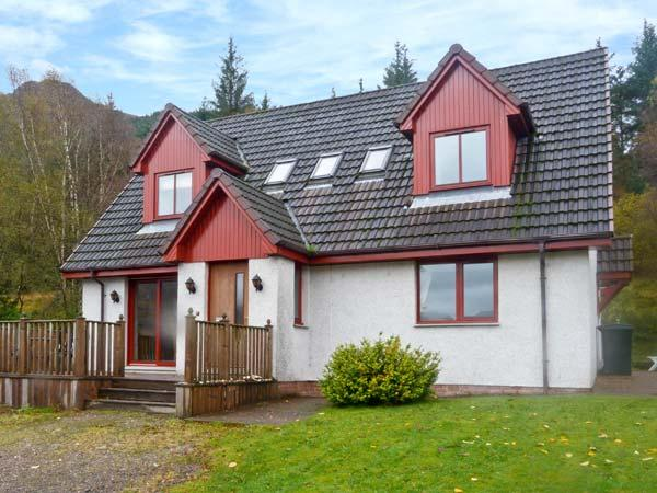 SILVER BIRCH LODGE, Loch views, en-suites, decked balcony, pet-friendly, in Rattagan, near Dornie, Ref. 28024 - Image 1 - Dornie - rentals