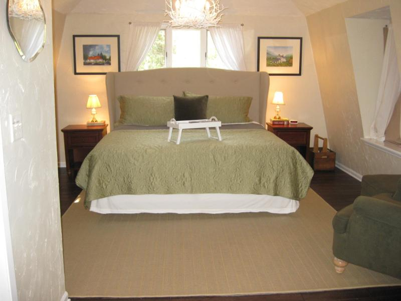 Bedroom with super comfortable king sized bed! - Irish Hospitality in Door County! - Fish Creek - rentals