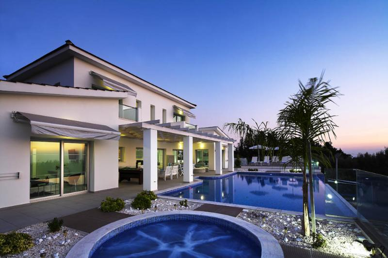 Monte Mare jacuzzi pool and swimming pool - Monte Mare Luxury Holiday Villa Cyprus - Paphos - rentals