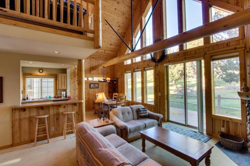 Charming home on golf course w/shared pool & hot tub! - Image 1 - Redmond - rentals