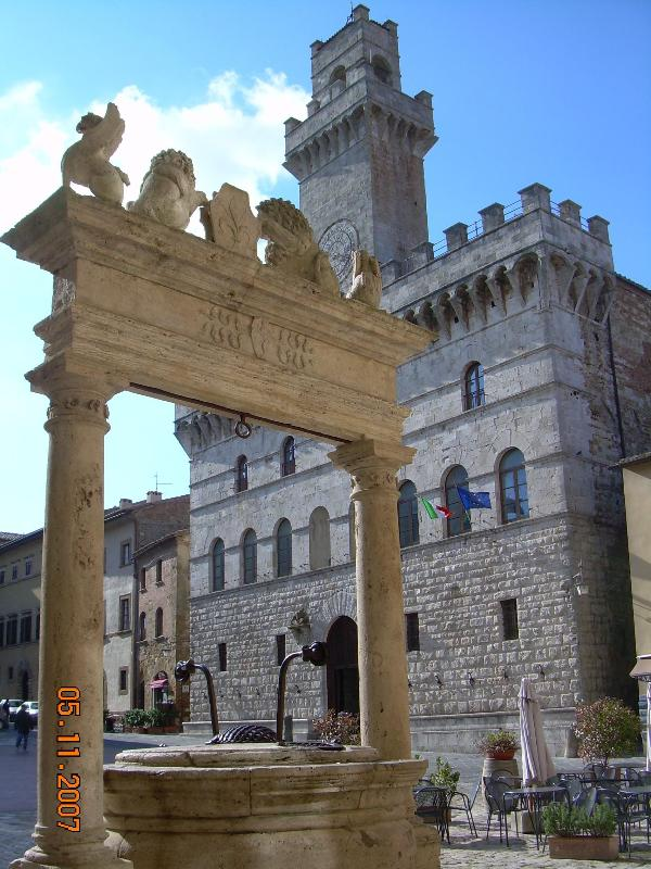Town Hall and the Well of Griffins and Lions - CHARMING APARTMENT IN MONTEPULCIANO - Montepulciano - rentals