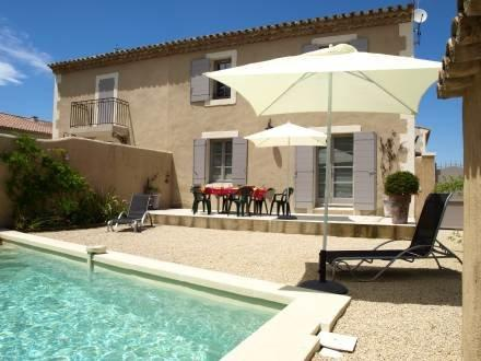 Santoline 3 Bedroom Vacation Home with a Pool and Terrace, St Remy - Image 1 - Saint-Remy-de-Provence - rentals