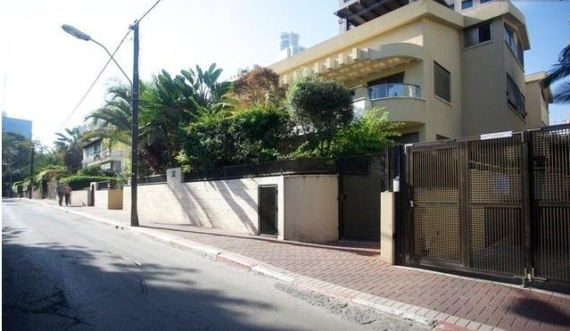 Exterior and Private Parking Entrance - Boutique place  in a villa near diamond exchange - Ramat Gan - rentals