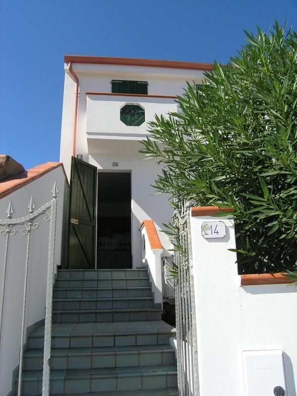 The independent entrance - Cà Margherita-Calasetta.Simple,bright,well located - Calasetta - rentals