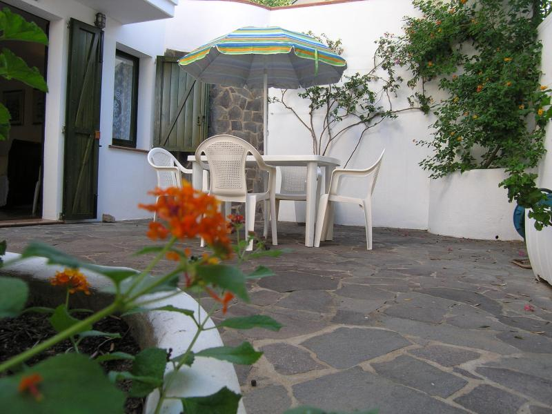 Entrance and dining in the garden - Cà du Mirko cozy well located studio-apartment - Calasetta - rentals