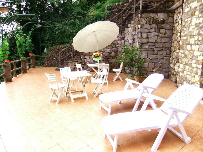 Sunny day on the terrace with sun ombrella, chaises longue, table and chairs - Dream Italian Riviera House - Rapallo - rentals