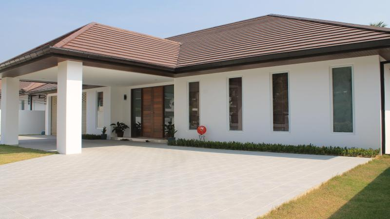 Front of the House - Bed & Breakfast w Pool & Parking - Golfers Welcome - Bang Lamung - rentals