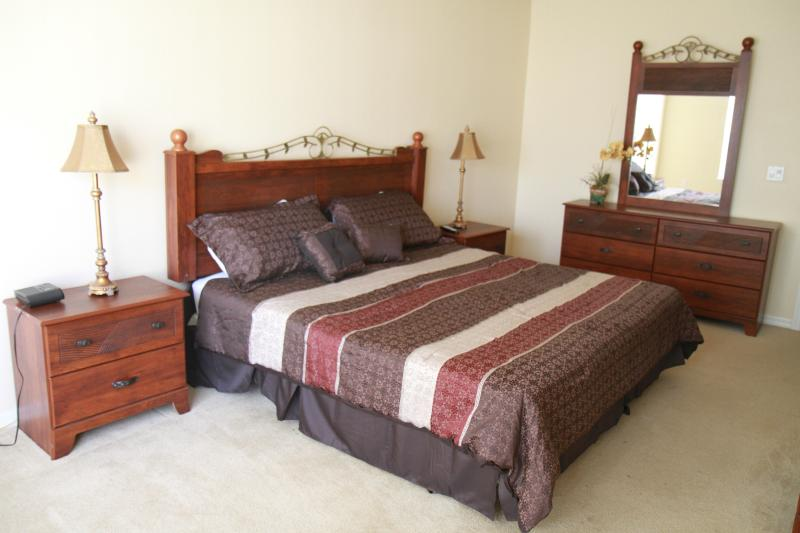Upstair Master en-suite with a king bed - Gated, Lakefront, 4Br/3Ba, 5mi to Disney, Free WiFi/Cable - Kissimmee - rentals