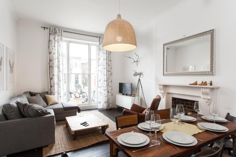 Dining for up to six people - Stylish 2 Bedroom Camden Apartment with Wifi - London - rentals