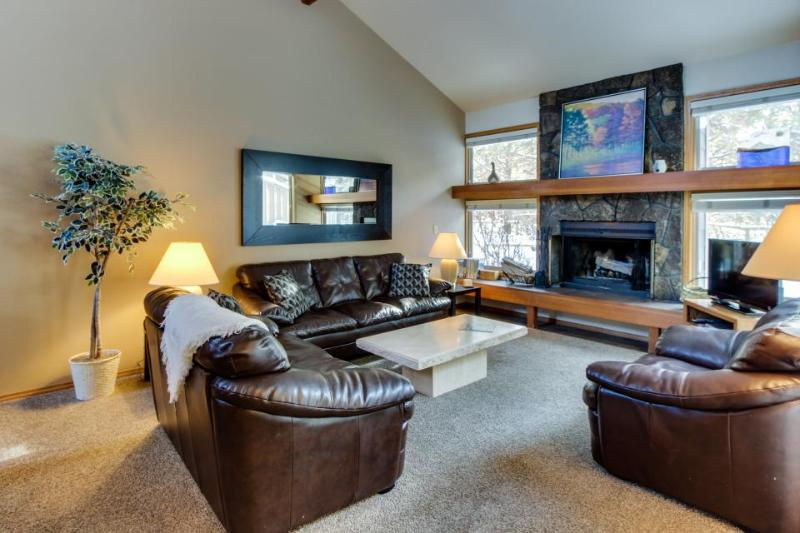 Conveniently-located Sunriver home w/ private deck & SHARC access - Image 1 - Sunriver - rentals